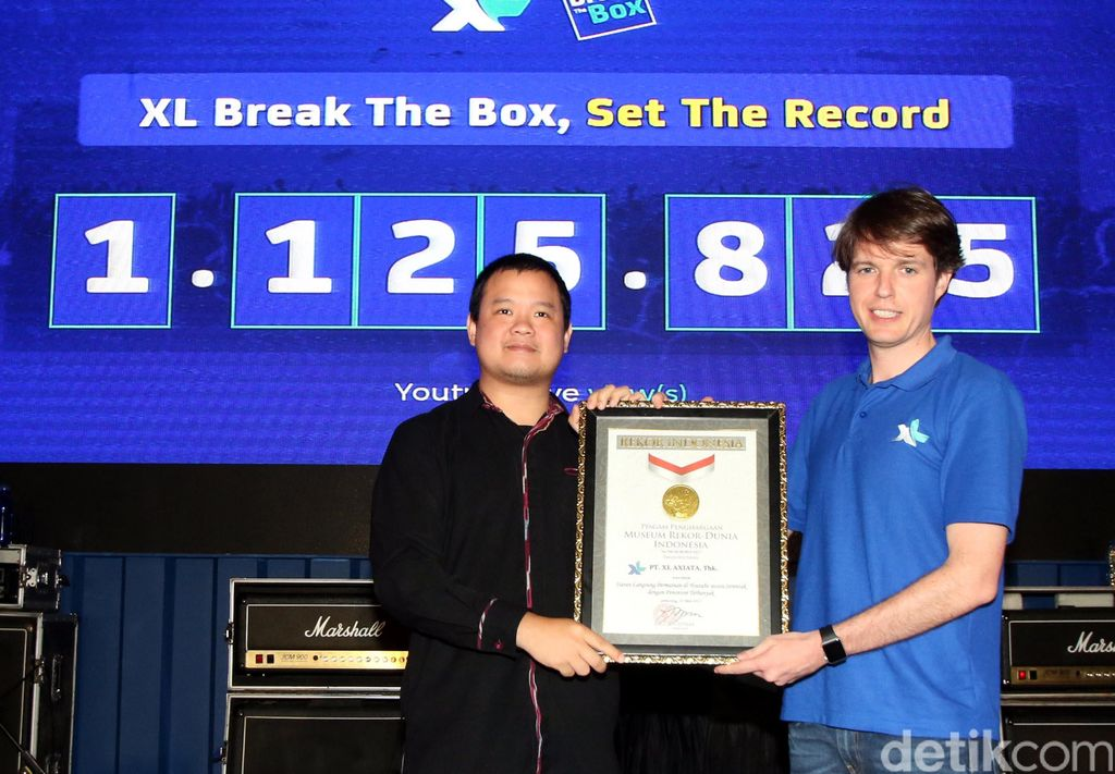 Chief Prepaid Business Officer XL Axiata, David Arcelus Oses menerima penghargaan MURI dari Wakil Direktur Museum Rekor Indonesia (MURI) Osmar Semesta Susilo untuk kategori Jumlah penonton permainan online yang disiarkan langsung secara simultan yaitu 1.125.825 views.