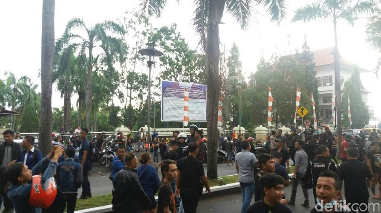 Ditolak Massa, Fahri Dibawa ke Kantor Gubernur Via Jalur Alternatif
