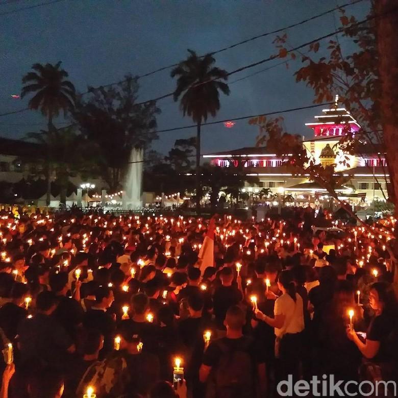 Prihatin Kondisi Indonesia, Warga Bandung Nyalakan Lilin di Depan Gedung Sate