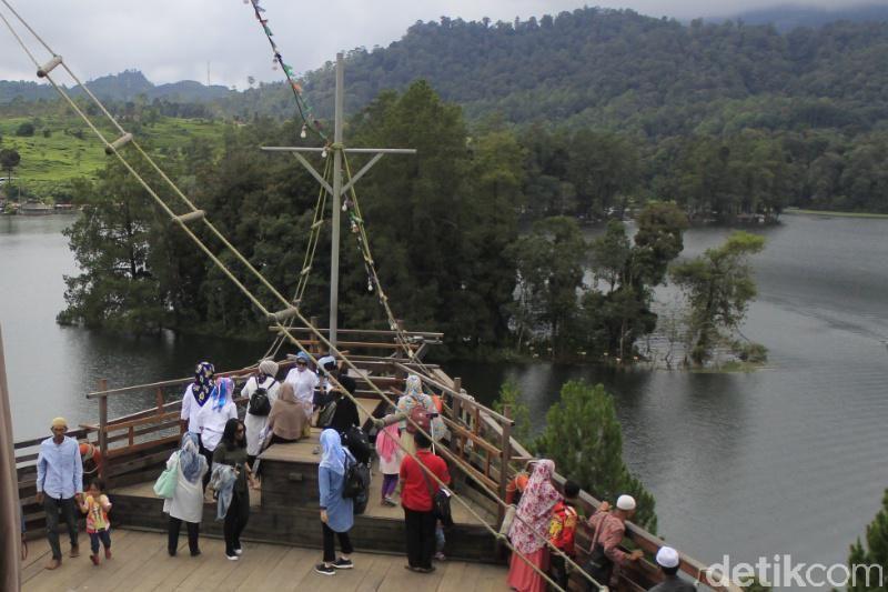 Wisatawan menikmati suasana Situ Patenggang dari atas Phinisi Resto. Ini adalah atraksi terbaru di Situ Patenggang (Wisma Putra/detikTravel)