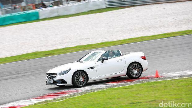 Sensasi Balapan Mobil-mobil Mercedes-AMG 43