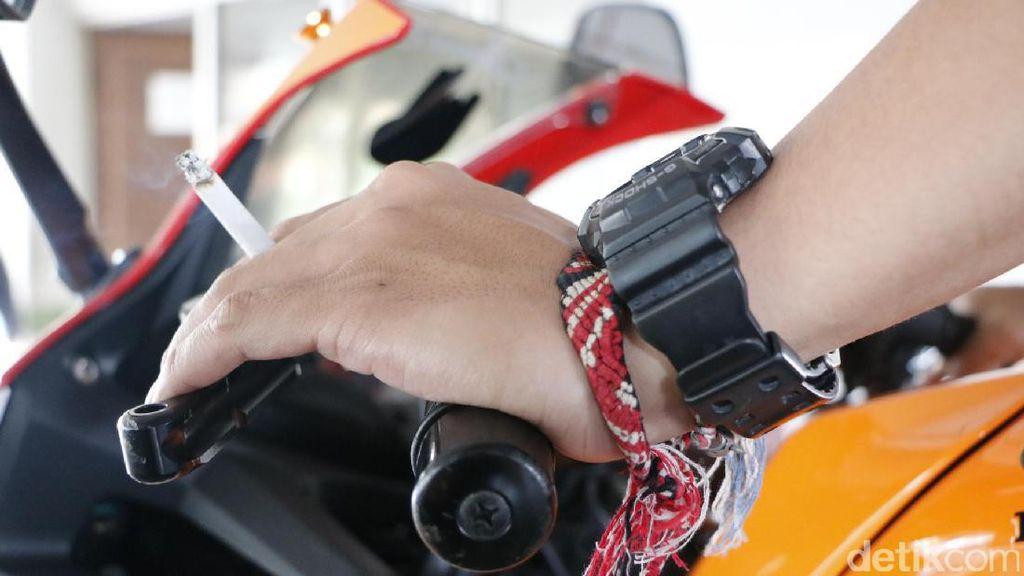 Merokok Sambil Naik Motor Makan Korban Lagi, Kok Enggak Kapok?