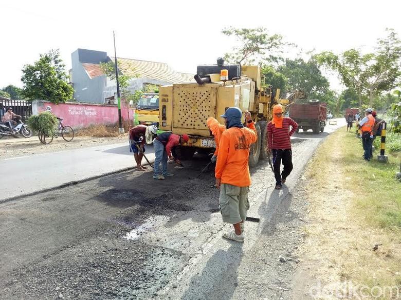 Jelang Arus Mudik, Jalan Utama Banyuwangi-Situbondo Diperbaiki
