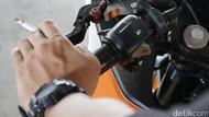 Duh, Sudah Tahu Bahaya Masih Saja Ngerokok Sambil Naik Motor