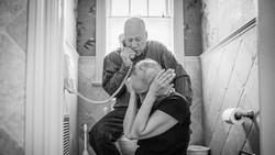 Pasutri ini sama-sama idap kanker. Kebersamaan mereka sehari-hari sampai maut memisahkan pun diabadikan oleh sang putri, Nancy, yang seorang fotografer.