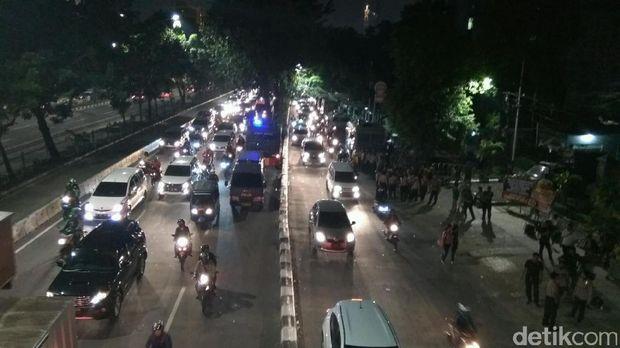 Kondisi arus lalu lintas di depan Pengadilan Tinggi DKI Jakarta usai aksi massa pro Ahok, Selasa (16/5/2017)