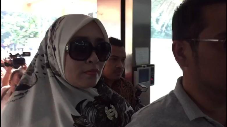 Berkacamata Hitam, Firza Husein Penuhi Panggilan Polisi