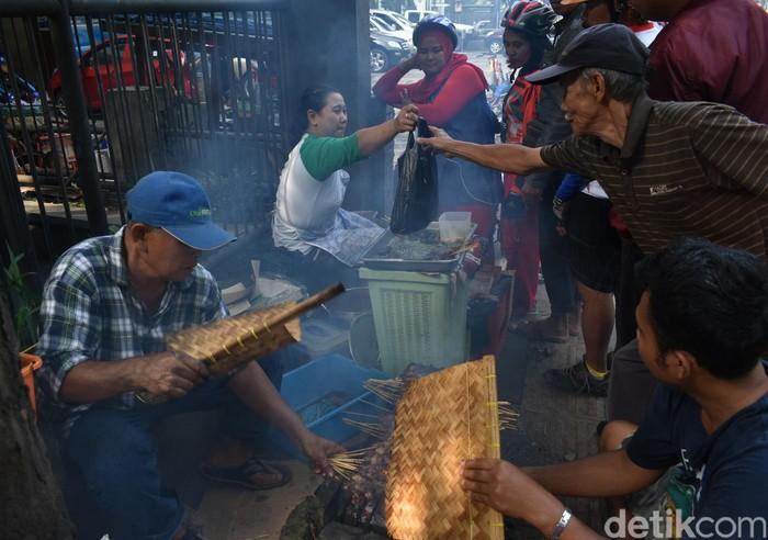 Setiap hari Minggu pagi, saat Anda sedang berada di Bandung mampirlah ke sate Mbah Sutris. Minggu pagi, Mbah Sutris menjajakan satenya di depan Gereja Kristen Jawa Bandung, akan tetapi di hari Senin-Sabtu ia berjualan di warungnya yang berada di Jalan Aceh.