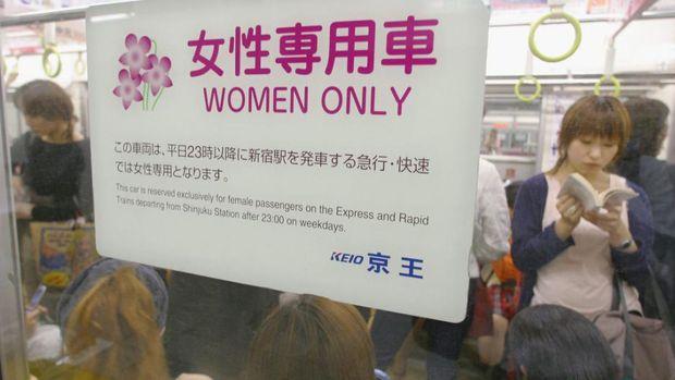 Kereta khusus wanita di Jepang.