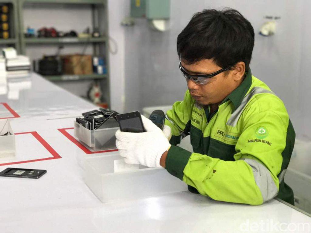 Proses pertama pembongkaran ponsel. Foto: Adi/detikcom