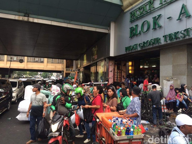 Selang 1 Jam Ditertibkan, PKL Tanah Abang Kembali Lagi ke Jalan