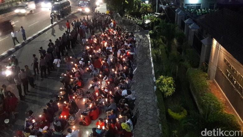 Sebelum Bubar, Massa Pro-Ahok Gelar Aksi Lilin di PT DKI