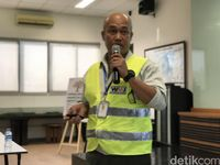 Erizal, Tecnical and Lab Manajer PT Prasadha Pamunah Limbah Industri (PPli), saat menerangkat proses pemusnahan ponsel.