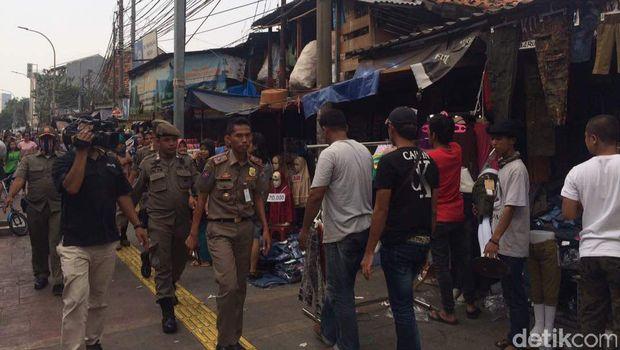 Penertiban PKL di Jl Jatibaru seberang Stasiun Tanah Abang