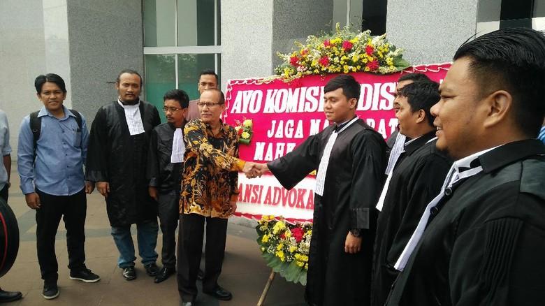 Beri Karangan Bunga, 25 Advokat Minta KY Usut Wakil Ketua MA