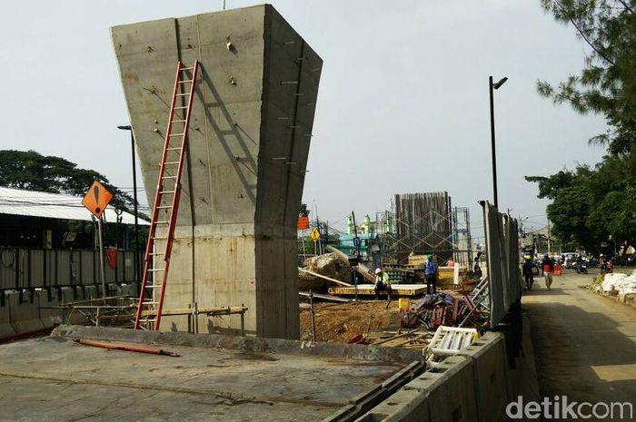 Dari pantauan detikFinance di lokasi, setidaknya lebih dari 50 beton penyangga lintasan LRT telah berdiri tegak antara Kelapa Gading hingga Velodrome. Pool/Citra Fitri Mardiana.