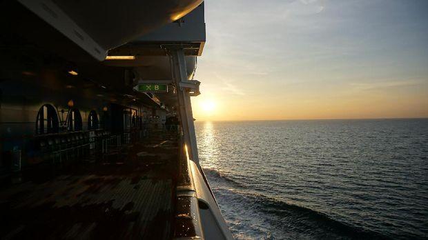 Matahari mulai menampakkan dirinya tepat di depan kapal
