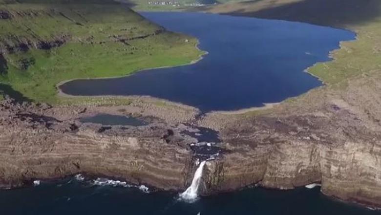 Danau Leitisvatn yang tampak melayang (ParagonSkies/Youtube)
