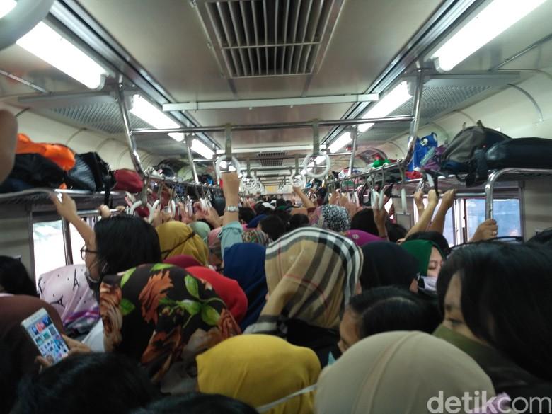 Begini Kepadatan Gerbong Wanita KRL di Stasiun Bekasi