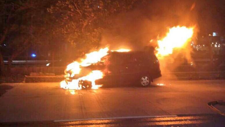 Pengemudi Mobil yang Terbakar di Jl S Parman Selamat
