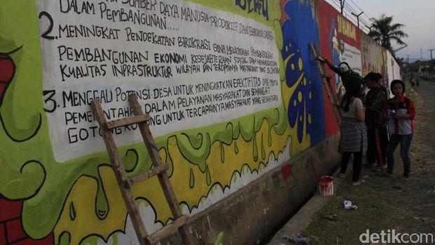 Puluhan Siswa SMK di Majalaya Ini Ubah Tembok Pabrik Jadi Berwarna