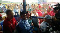 Ekspresi Senang Pasukan Oranye Naik Bus Pariwisata Baru