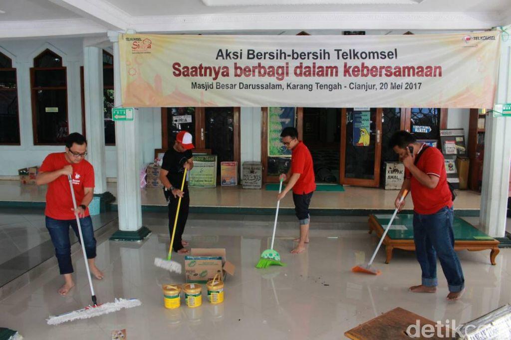 Dengan mengajak warga dan pengurus Masjid, Telkomsel menggelar aksi bersih-bersih Masjid Darussalam di kota Cianjur.