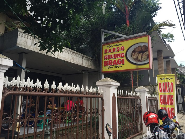 Bakso Gulung Bragi berlokasi di sekitar wilayah perumahan Jalan Palayu Raya, Bogor. Rumah makan bakso ini adalah milik Riyadi yang sudah 8 tahun berjualan bakso gulung.