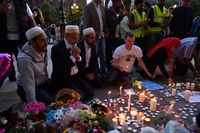 Warga di Manchester menyalakan lilin di lokasi ledakan konser Ariana Grande.