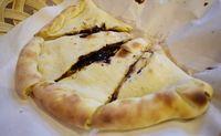 Panties Pizza: Mulur Gurih! Pizza Lipat dengan Isian Keju hingga Cokelat