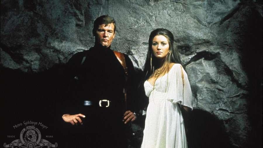 Para Wanita Cantik di Sekeliling Roger Moore dalam James Bond