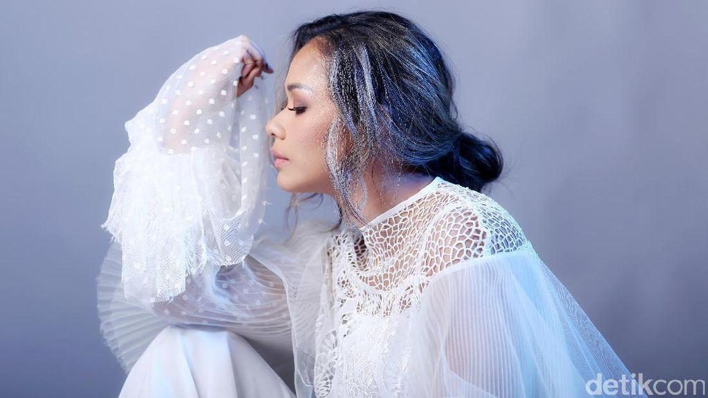Wajah Khas Wanita Indonesia Ada di Adinia Wirasti