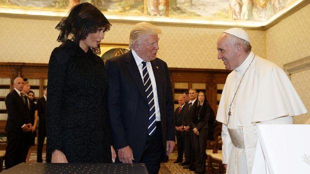 Donald Trump didampingi istrinya, Melania, saat menemui Paus Fransiskus