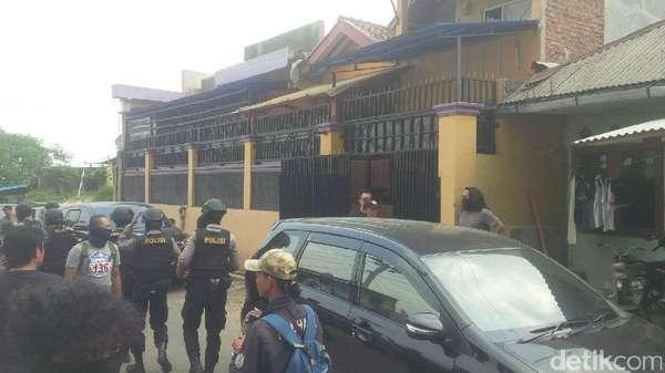 Polisi Sita Kabel dan Baut hingga Bendera dari Rumah Ahmad Syukri