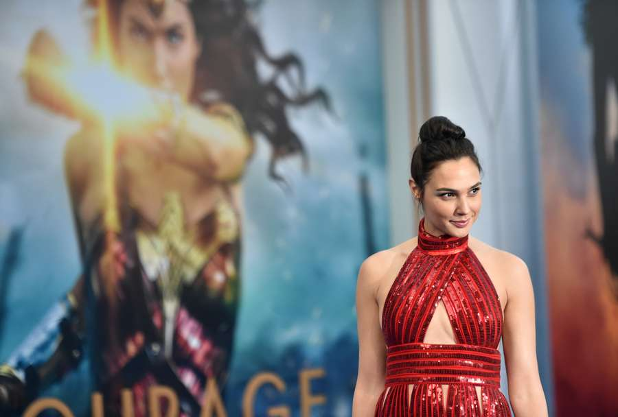 So Hot! Seksinya Gal Gadot dalam Dress Merah
