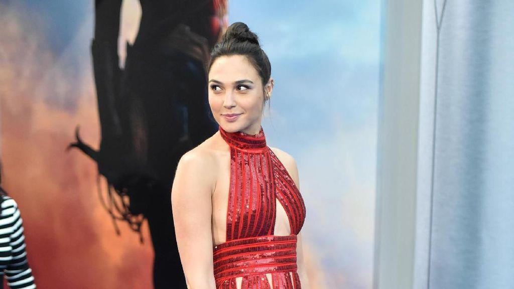 Foto: Gal Gadot Seksi Bergaun Merah di Premiere Wonder Woman