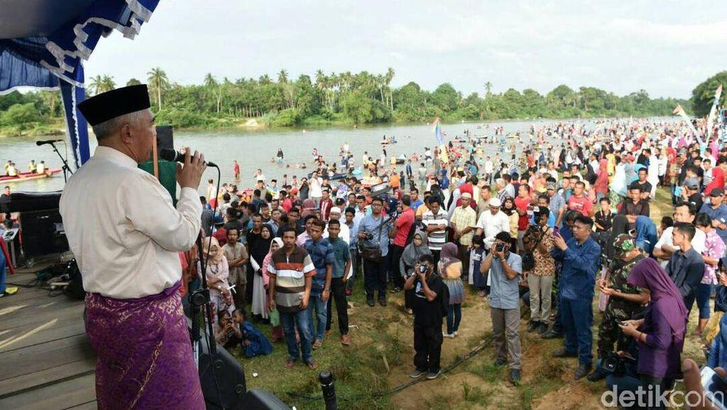 Warga Riau Suka Cita Sambut Ramadan dengan Balimau Kasai