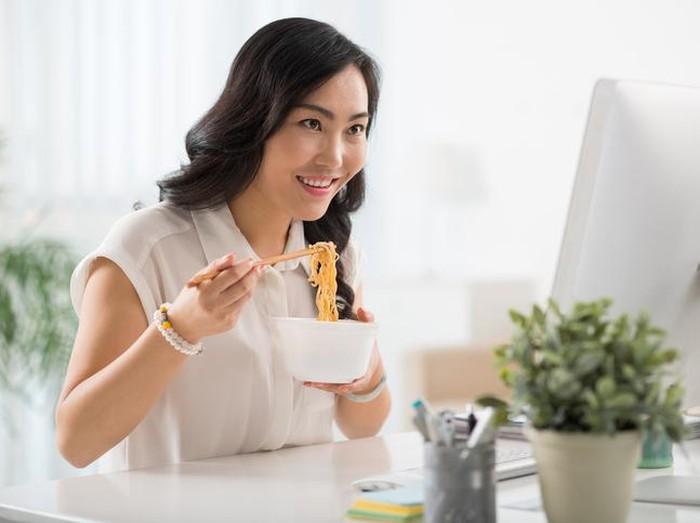 Makan mie instan setiap hari bisa picu penyakit hipertensi. Foto: iStock