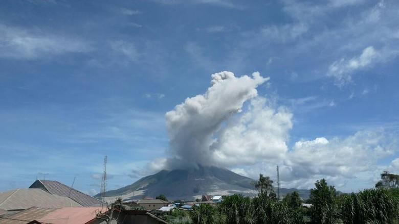 Gunung Sinabung Luncurkan Awan Panas Guguran Sejauh 4.500 Meter