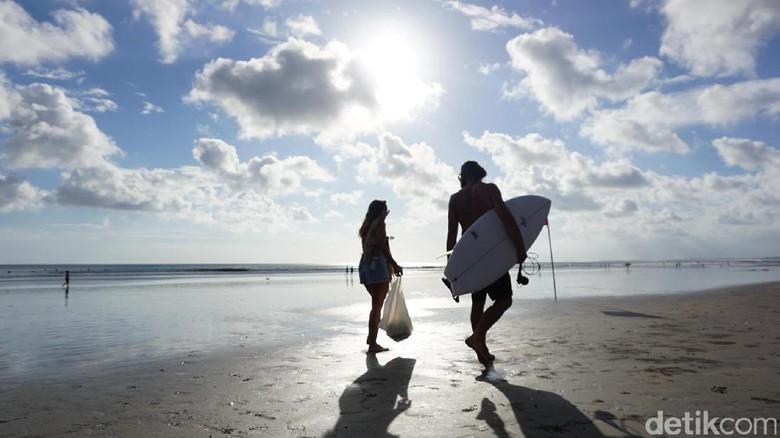 Foto: Wisatawan liburan akhir tahun di Pantai Kuta (Masaul/detikTravel)