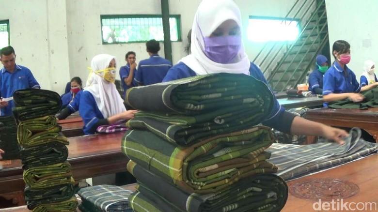 Berkah Ramadan, Pesanan Sarung Khas Tegalan Naik Dua Kali Lipat