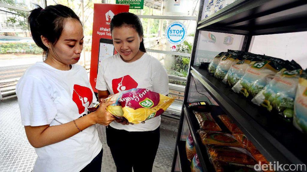 Serunya Belanja Sembako Murah di Halte TransJakarta