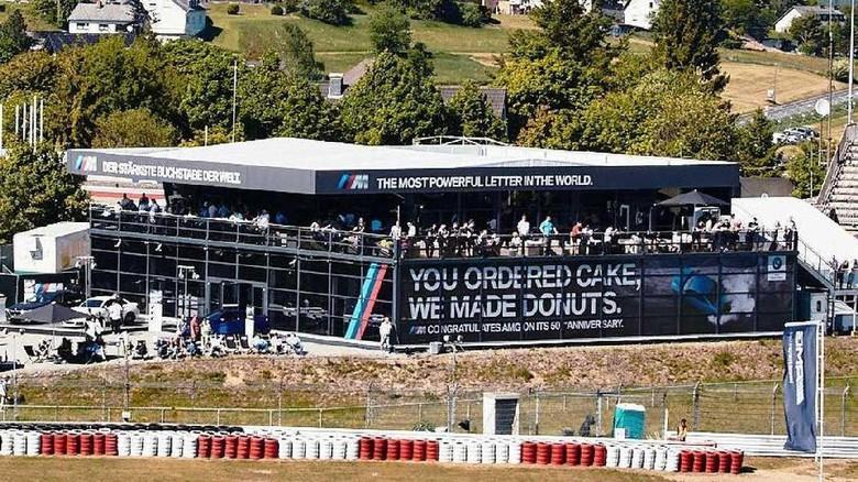 Ucapan Selamat Ulang Tahun dari BMW M untuk Mercedes-AMG