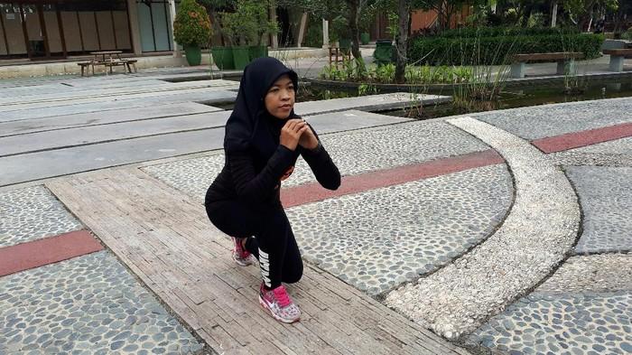 Nita Junita memeragakan gerakan simpel untuk langsing (Foto: Suherni/detikHealth)