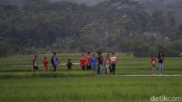 Ngabuburit Sederhana ala Warga Paseh Bandung: Nongkrong di Sawah