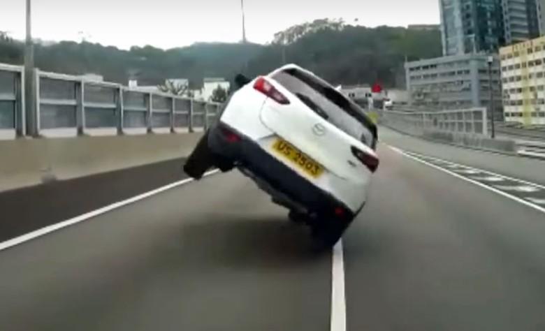 Mazda CX-3 Ini Disetir dengan Dua Roda di Jalan Raya