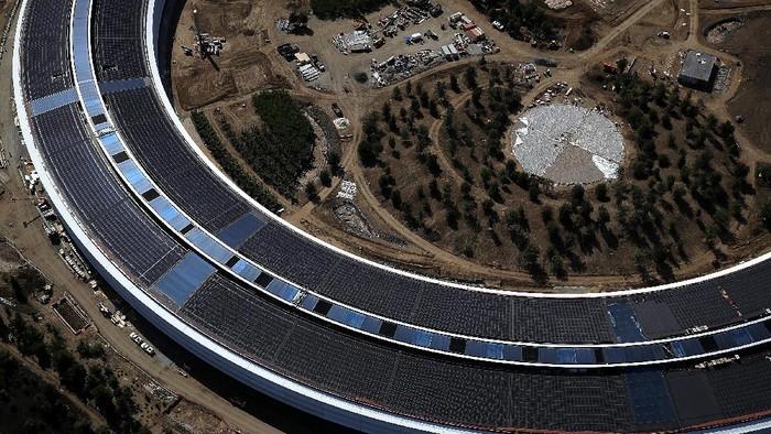 Panel tenaga surya di kantor pusat Apple. Foto: GettyImages