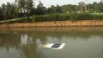 Kebablasan Mundur, Mobil Nyungsep ke Sungai di China