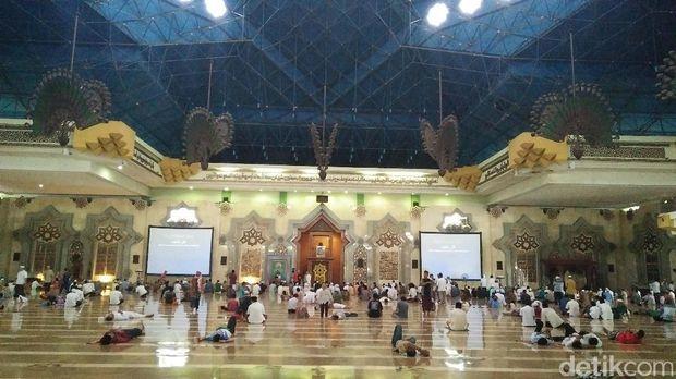 Interior dalam masjid di Islamic Center.