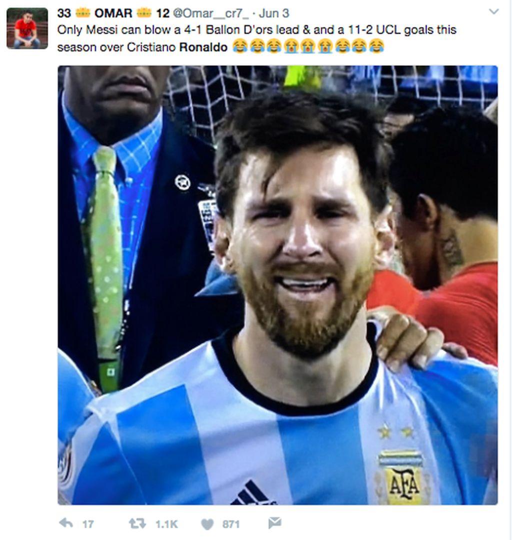 Messi sempat unggul dari Ronaldo soal menggaet gelar Ballon Dor dan raihan gol Liga Champions musim ini. Ronaldo menyalipnya sehingga di meme ini, Messi pun menangis.Foto: istimewa